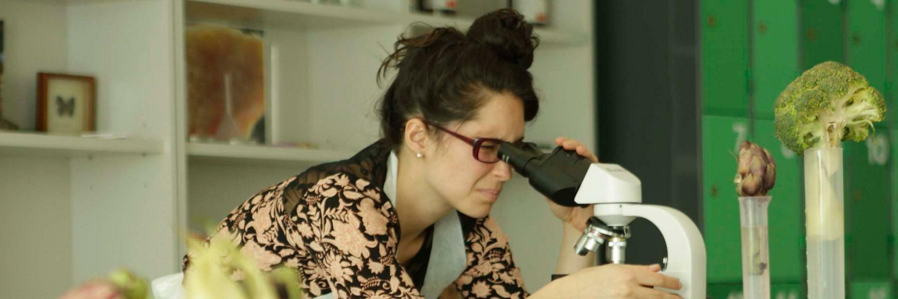 Joven mirando en un estetoscopio
