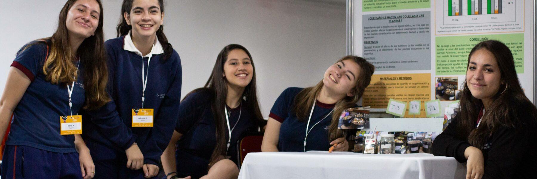 grupo de niñas sonriendo