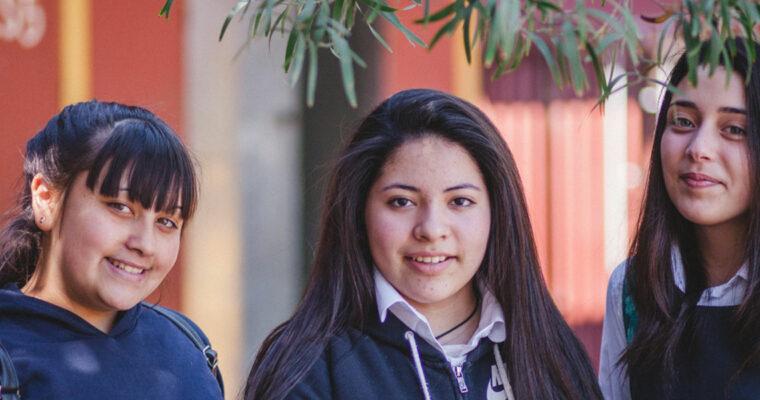 Tres niñas con uniformes de su colegio