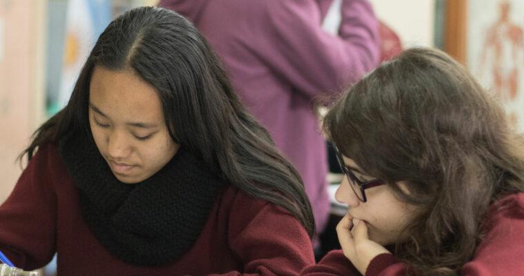 Dos jóvenes escribiendo